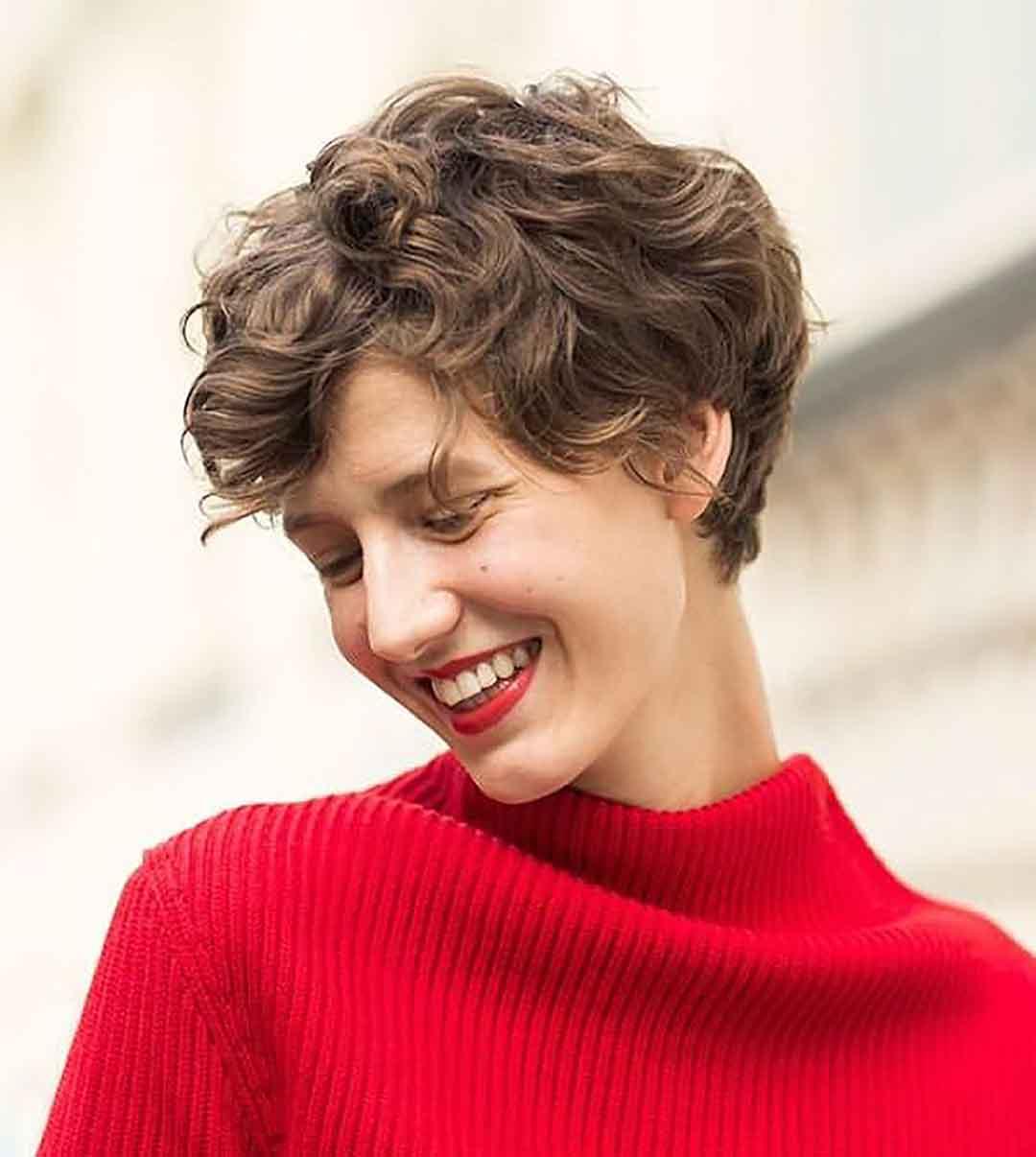 Короткая женская стрижка Гарсон для волнистых волос