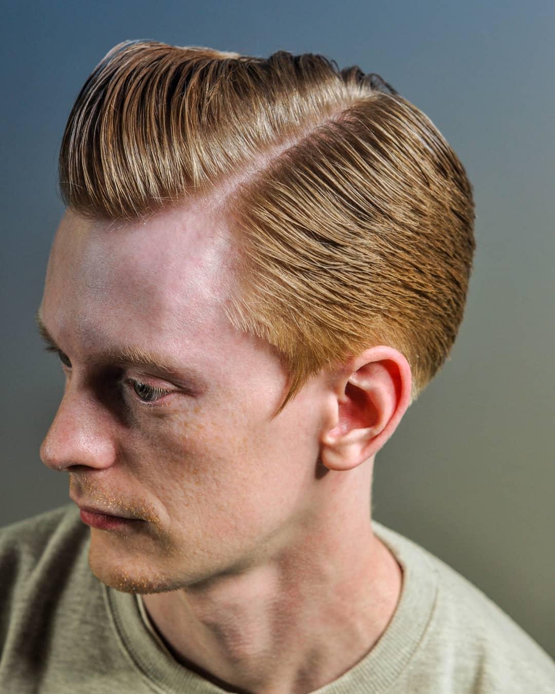 Мужская стрижка с пробором и волосами набок