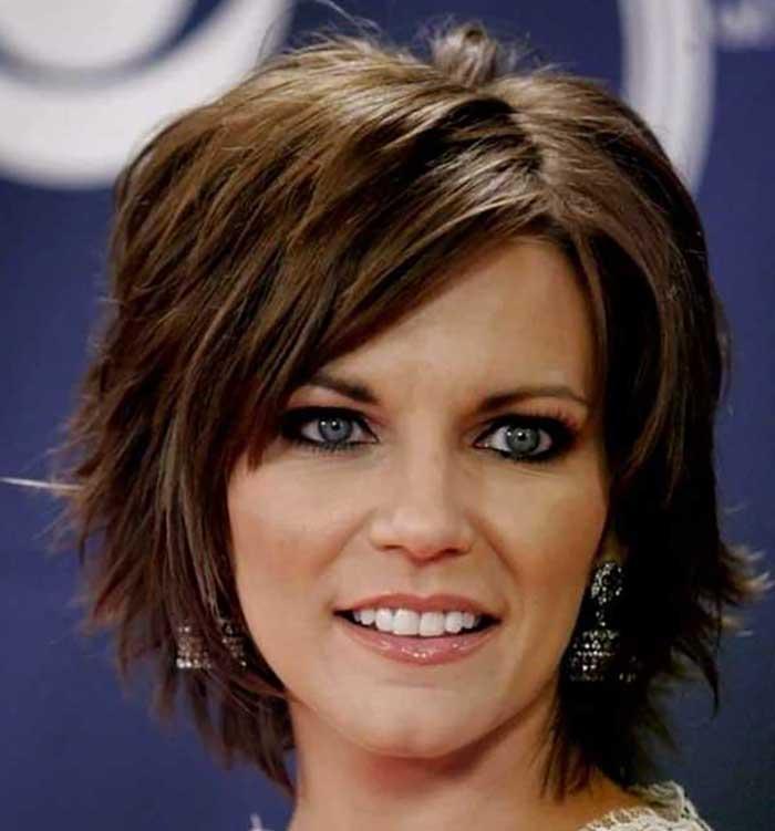 Женская стрижка каприз на средние волосы с косой челкой