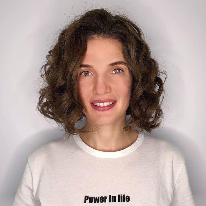 Короткая стрижка на кудрявые волосы для женщины после 35 лет