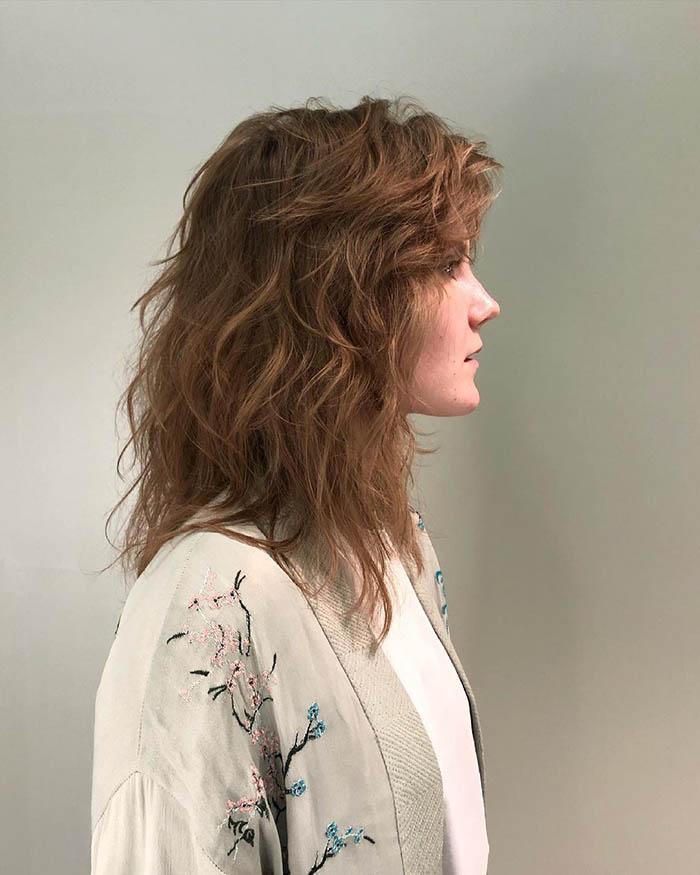 Стрижка на средние волнистые волосы для женщины после 35 лет